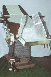 院長夫妻が手作りで製作した最初の座位分娩台